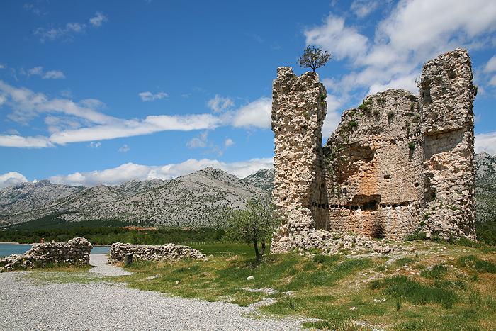 Руины легендарной башни Вечка и остатки стены двора
