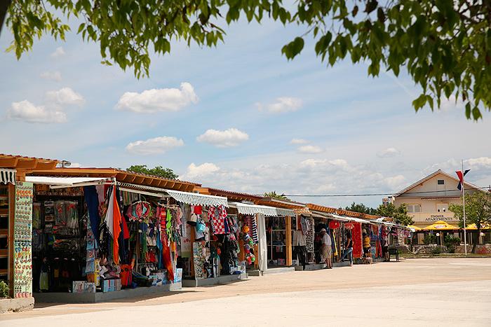Рынок и палатки с сувенирами в Стариграде-Пакленице