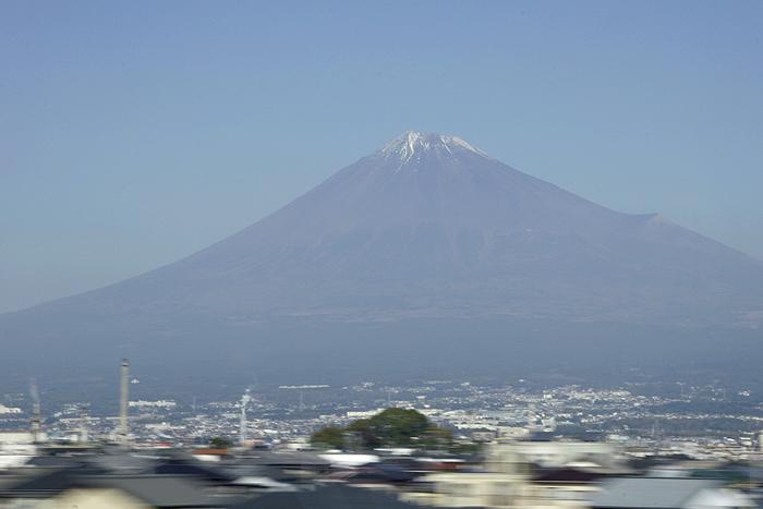 Вид на Фудзи из синкансэна Токио-Киото