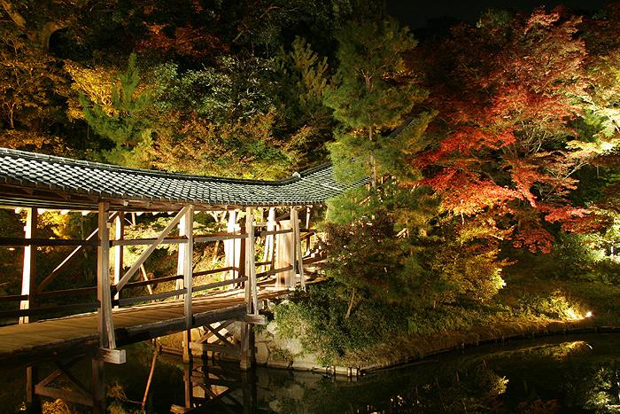 Мост через озеро к Павильону Любования Луной в Кодай-дзи, Киото