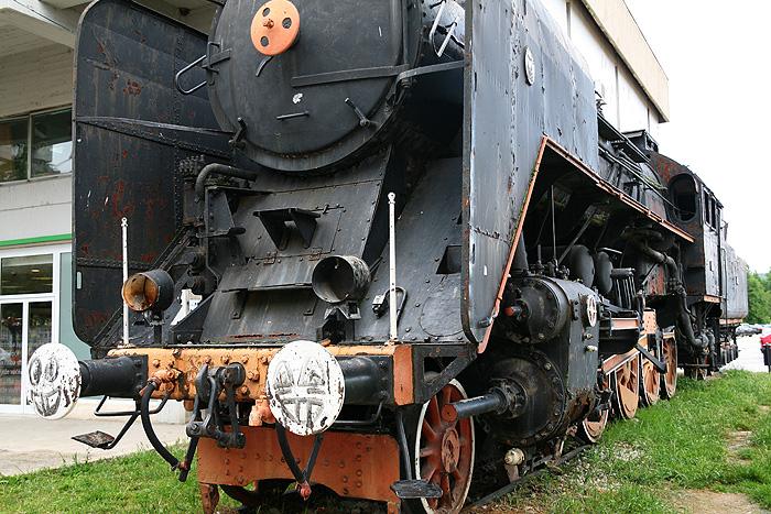 Старый паровоз на станции города Книн