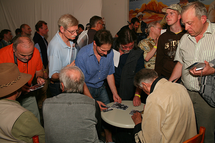 Автограф-сессия со всеми актерами в зале отеля «Алан»