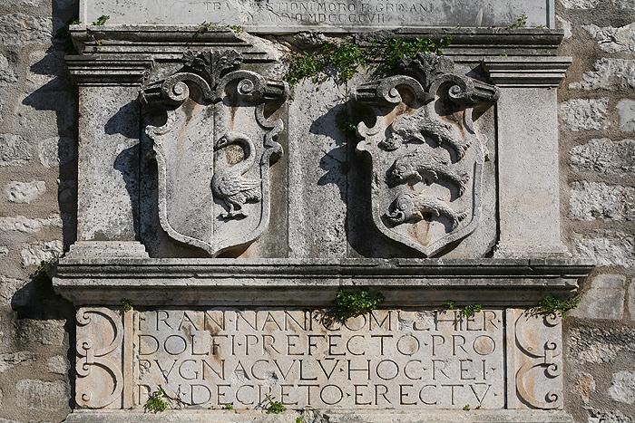 Гербы на одном из строений Задара