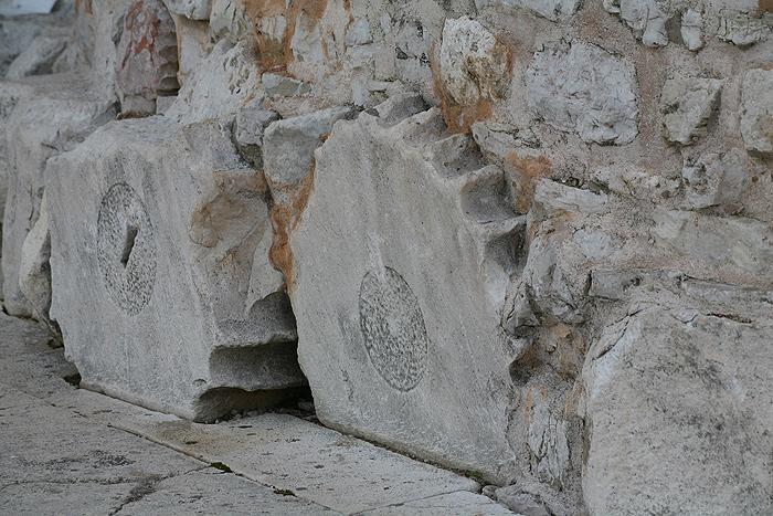 Фундамент церкви Св. Доната из античных колонн