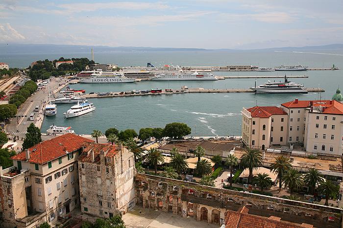Вид с колокольни собора Святого Домния на Адриатическое море