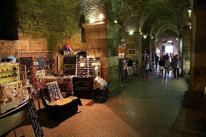 Подвальные помещения древнеримского дворца Диоклетиана
