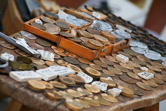 Сувенирные лотки на набережной