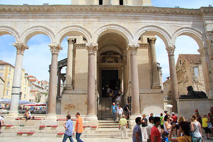 Вход на колокольню собора Св. Дуе с Перистиля
