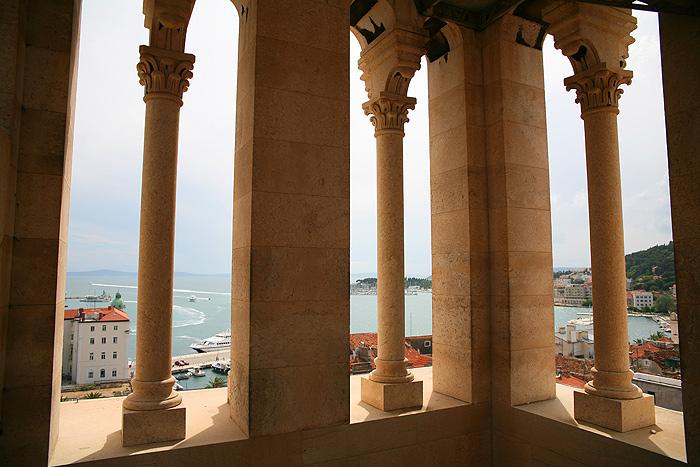 Открытые пролетя колокольни собора Св. Дуе