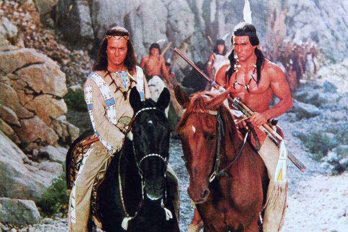 Пьер Брис (Виннету, вождь апачей) и Гойко Митич (Вокадэ, вождь шошонов) в фильме «Среди коршунов» (1964)