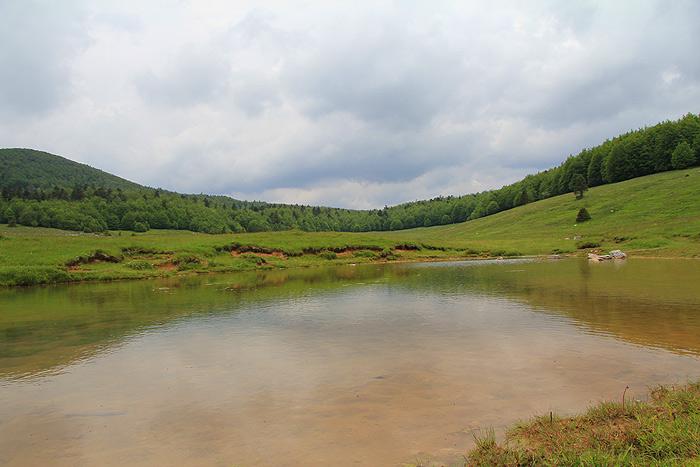 Природный водоем в Платаке