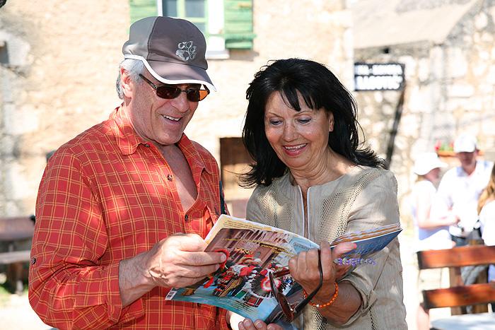 Гойко Митич и Гордана Цейтц-Чеко изучают журнал «Путешествуем по свету»