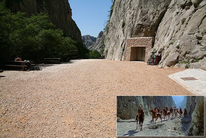 Небольшое плато перед бункером в ущелье Большая Пакленица. Место, где воины юта попали в ловушку