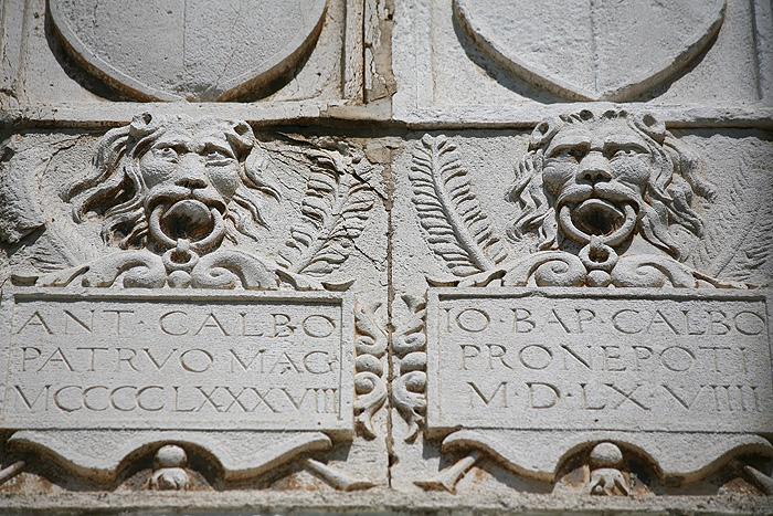 Лики венецианских львов на фасаде Графского дворца