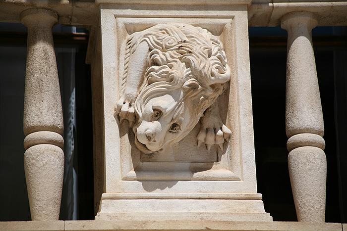 Венецианский лев на баллюстраде Городской ложи