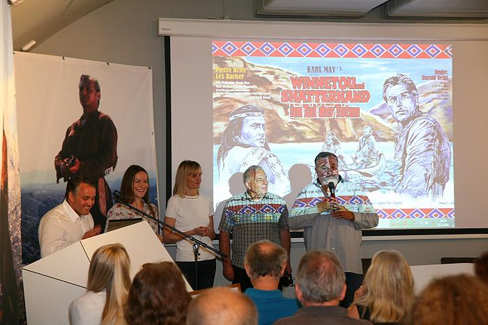 Команда организаторов на фоне нового баннера