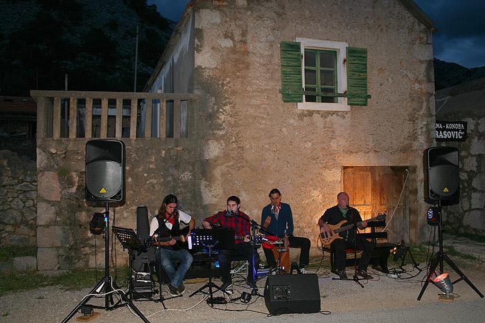 Живая кантри-музыка в таверне «Марасович»