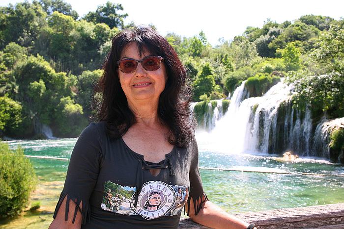 Гордана Цейтц-Чеко на фоне водопада Скрадински бук