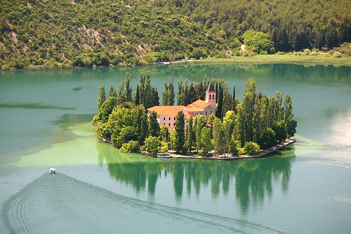 Остров Висовац с францисканским монастырем Богоматери
