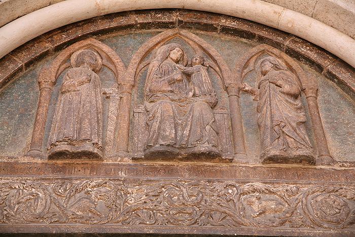 Барельеф над главным входом Кафедрального собора Святой Анастасии