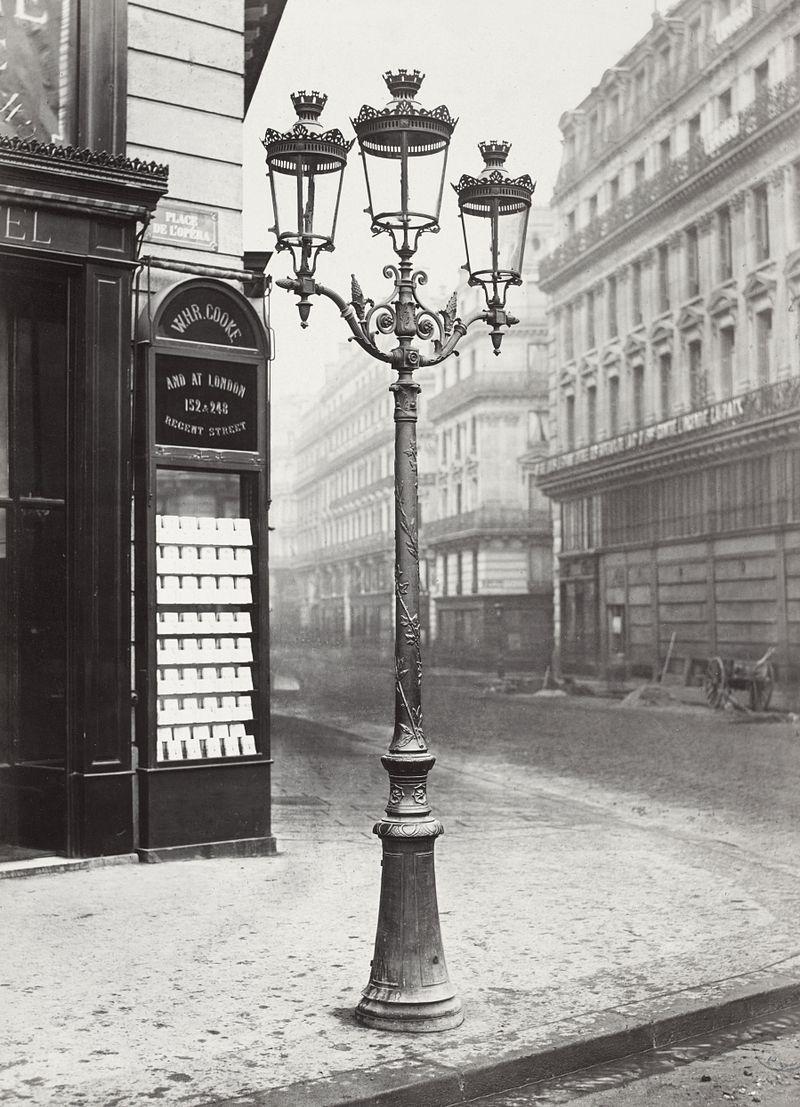"""Газовый фонарь. Они появились в Париже в 1860-х. В городе было установлено около 56 тысяч таких фонарей, и Париж стали называть """"город огней"""". Фото Шарля Марвиля (1878)"""