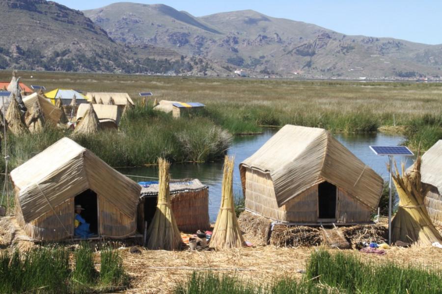 Поселение на озере титикака