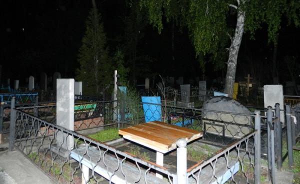 познакомились мы ночью на кладбище