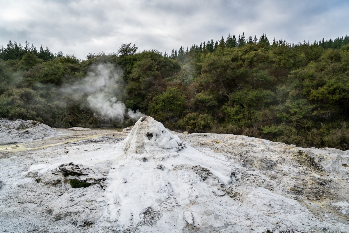 lady-know-soap-geyser-new-zealand-1
