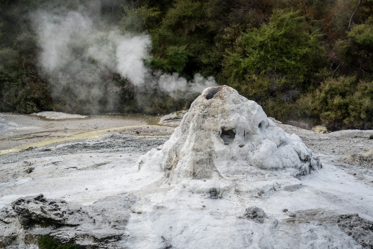 lady-know-soap-geyser-new-zealand-3