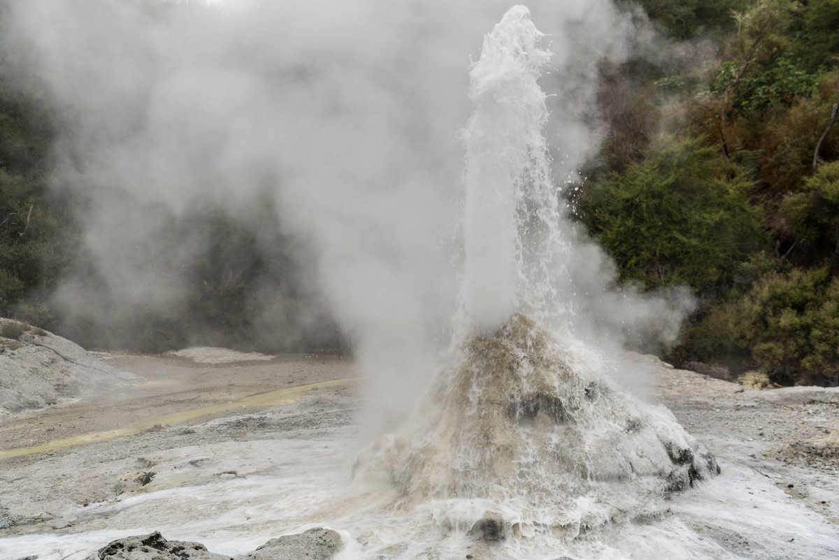 lady-know-soap-geyser-new-zealand-11