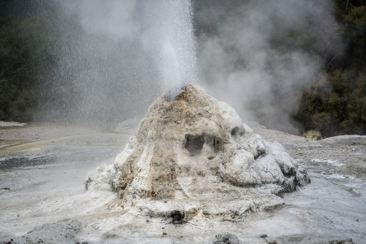 lady-know-soap-geyser-new-zealand-15