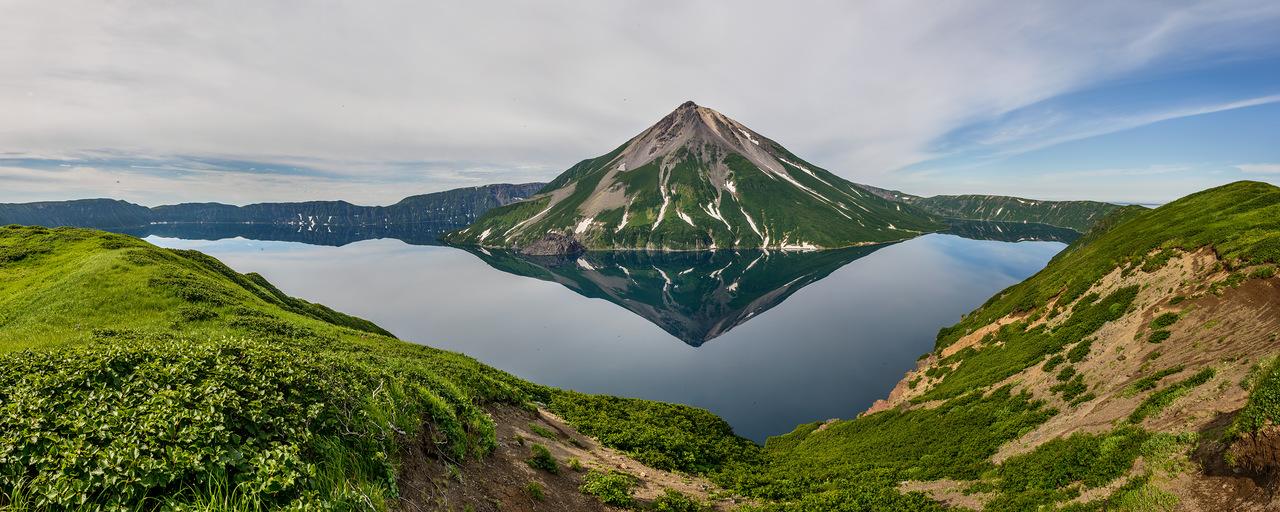 Вулкан Креницыпа в хорошую погоду, которой там не бывает