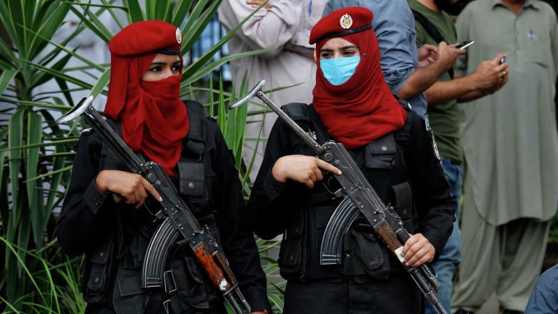 Бойцы женского полицейского спецназа Пакистана в хиджабах.