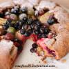 Открытый пирог из цельнозерновой муки с ягодами
