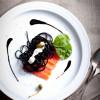 Паста с копченым лососем, сливочным соусом и карамелью из бальзамического уксуса