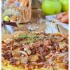 Луковый пирог с грудинкой и яблоком