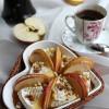 Камамбер, запеченный с яблоком и медом