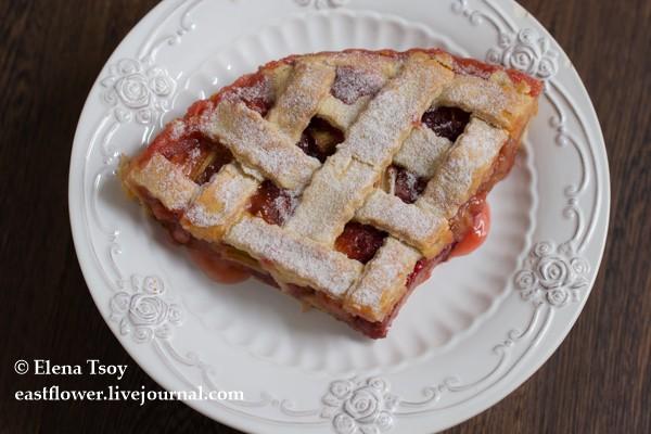 Пирог с ревенем и клубникой 6