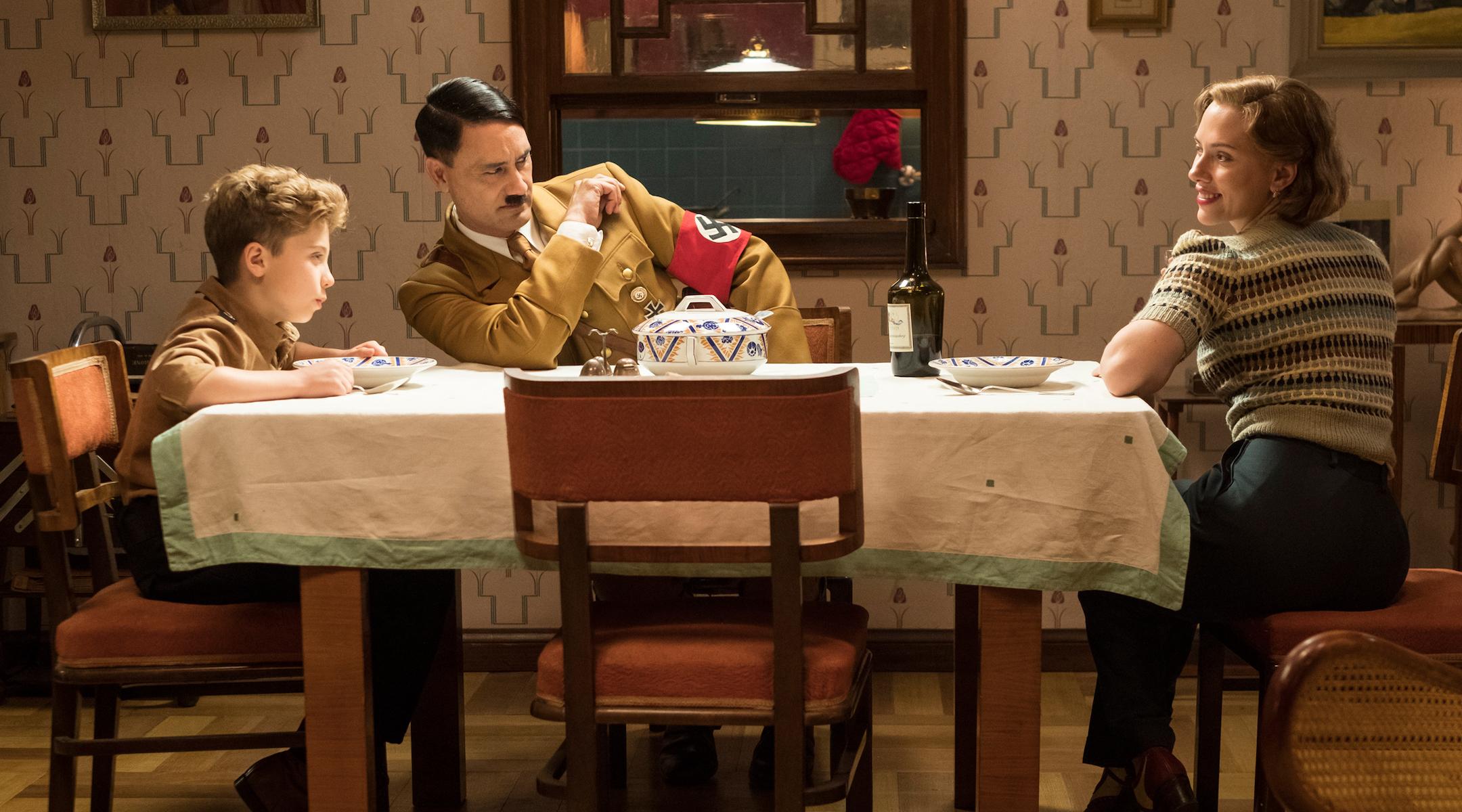 Скарлет Йоханссон, справа, играет мать Джохо, которая принимает еврейскую девушку, чтобы скрыть ее от нацистов. (Кимберли Френч / Двадцатый век Fox Film Corp.)