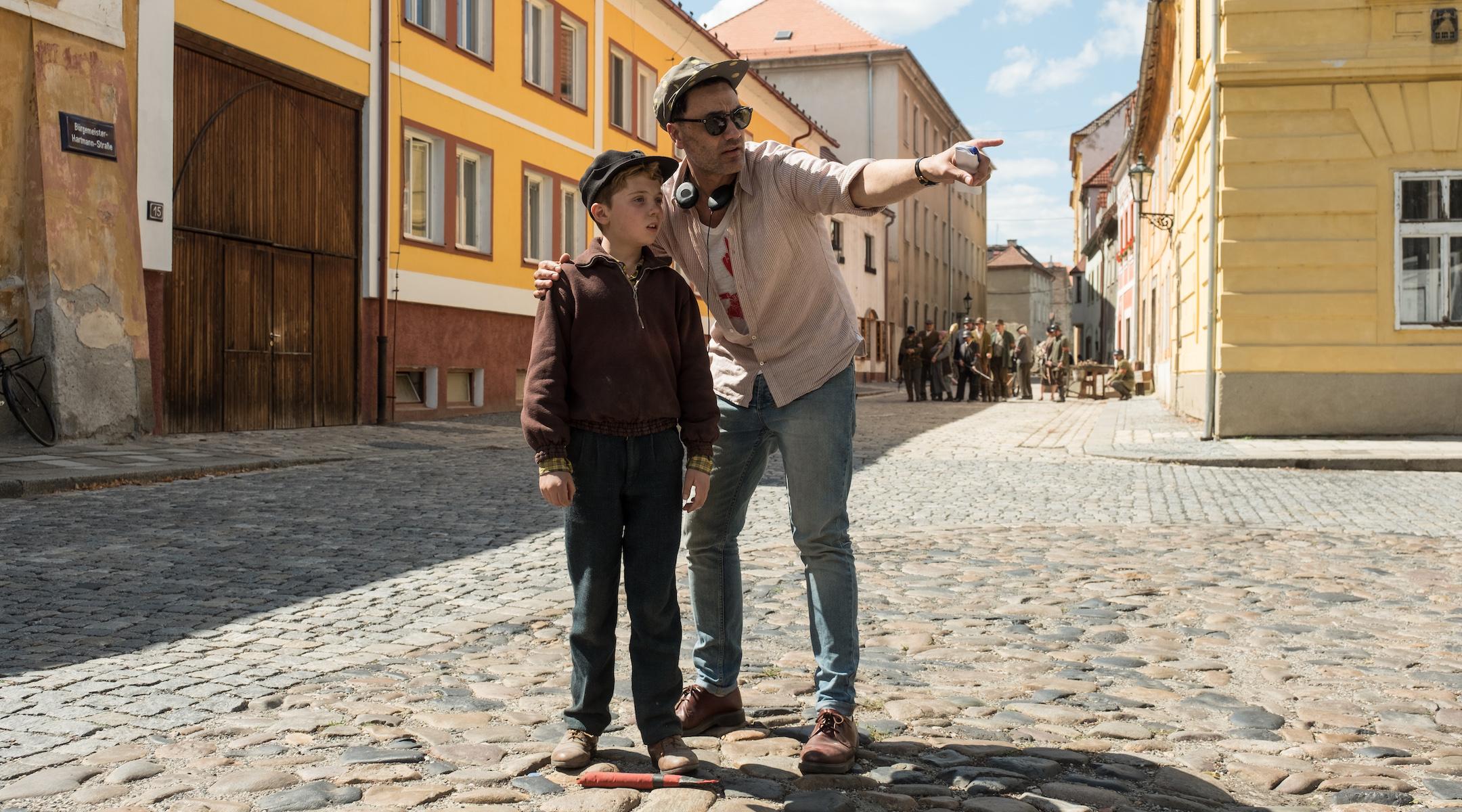 Тайка Вайтити дает Роман Гриффин Дэвис направление на съемочной площадке. (Кимберли Френч / Двадцатый век Fox Film Corp.)