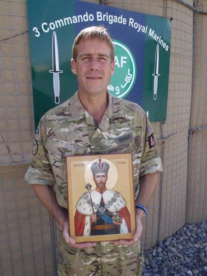 Подполковник Джонни Биггарт держит в руках икону Царя-Мученика Николая II