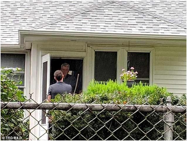Александр Стюарт-Хьюстон запечатлел беседу с репортером в его доме на Лонг-Айленде в Нью-Йорке