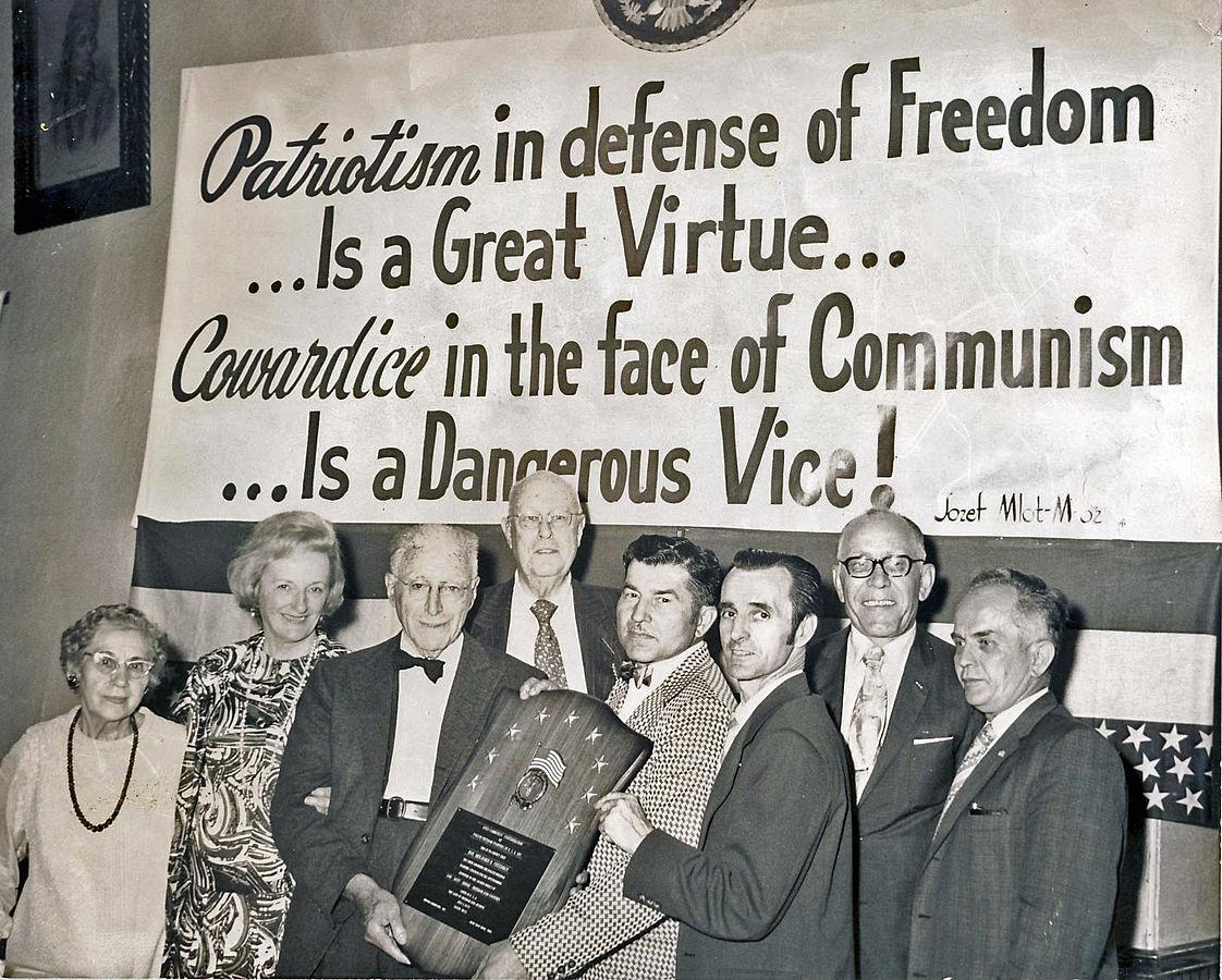 Бенджамин Фридман, 82 года, центр (слева) с галстуком бабочкой, получает награду за заслуги от Анти-коммунистической Федерации Польских Борцов за Свободу в городе Салем, Массачусетс, 1972 год. http://traditio.wiki/%D0%A4%D0%B0%D0%B9%D0%BB:Benjamin_Freedman_Service_Award_Polish_Freedom_Fighters_1972.jpg