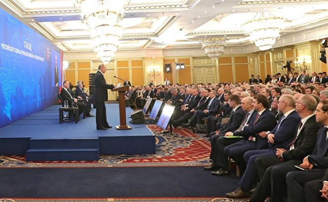"""При Ельцине было семь олигархов. Сейчас — больше сотни, которых сейчас называют """"социально ответственными бизнесменами"""" - Дворкович в Давосе (на фото президент Владимир Путин на встрече с членами РСПП) / Kremlin.ru"""