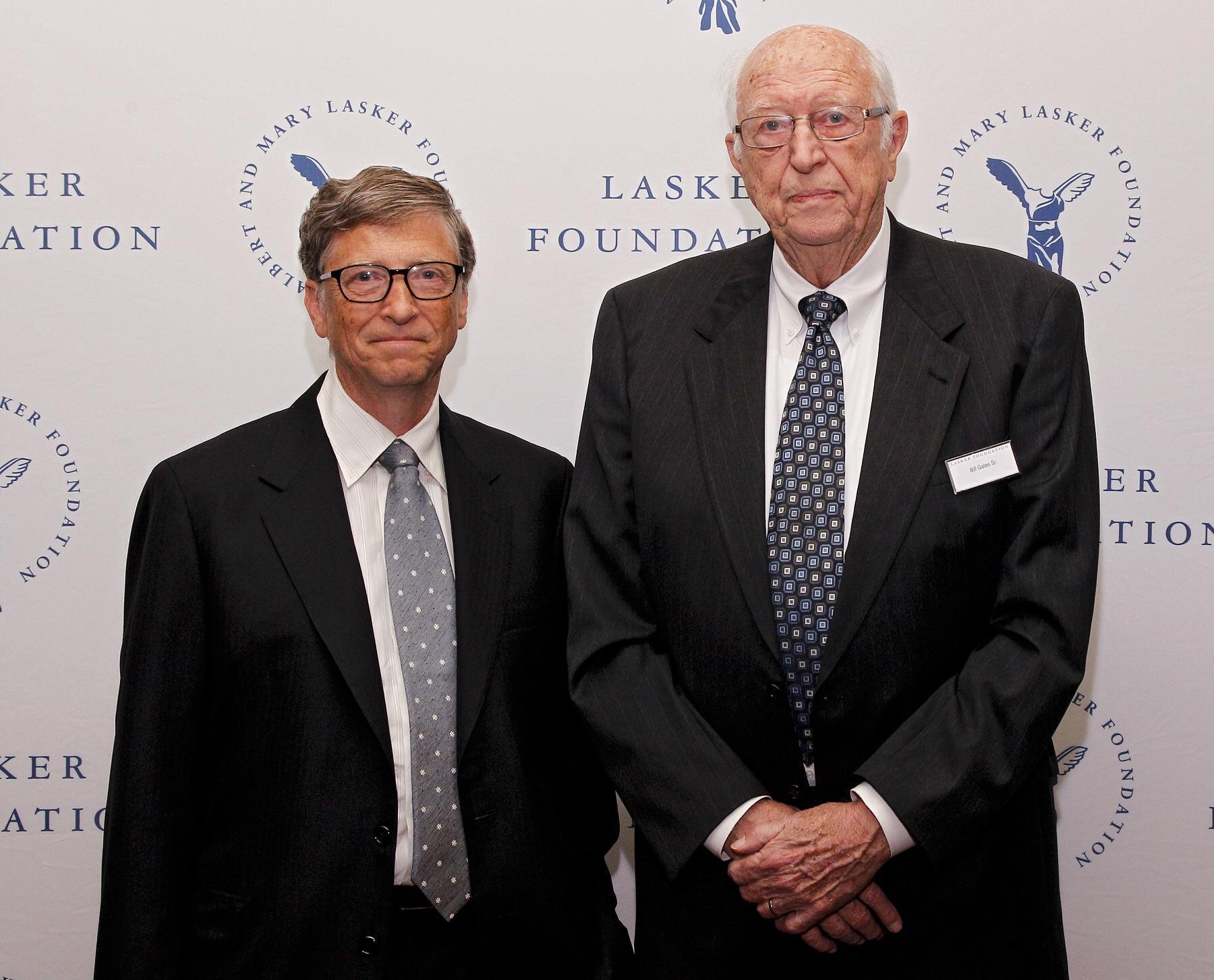 Билл Гейтс младший и Билл Гейтс старший связаны с сотнями фондов и исследовательских организаций, и оказывают влияние на политические решения в многих государствах.