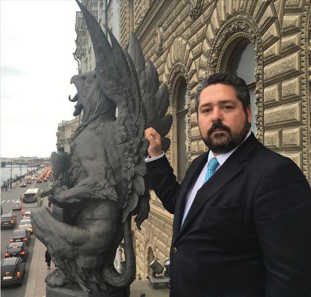Гоша Гогенцоллерн и Гаргулья. Фото - страница ЕИВ великого князя Георгия Михайловича в Фэйсбук. Он бы еще обнялся с этой статуей. Также очень любит фотографироваться на фоне каких-то девушек, что отдает откровенным позерством.