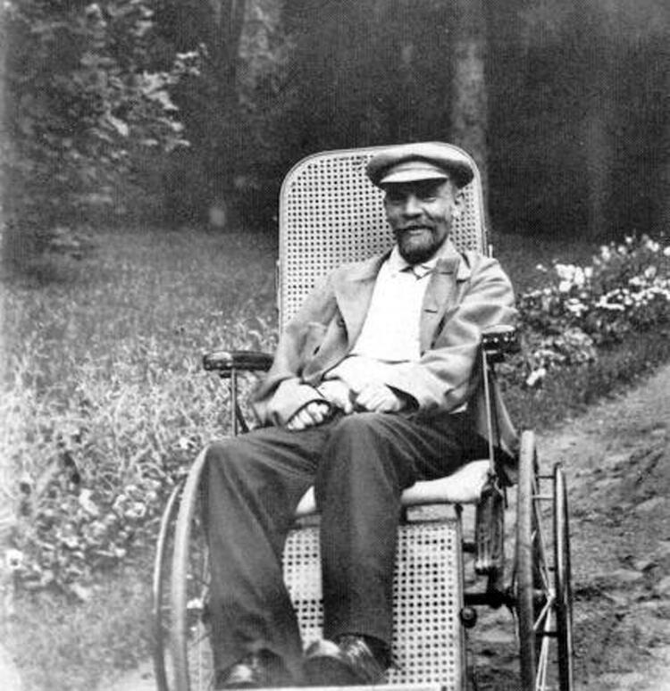 Владимир Ильич Ленин в Горках во время тяжелой болезни (1923 г.)