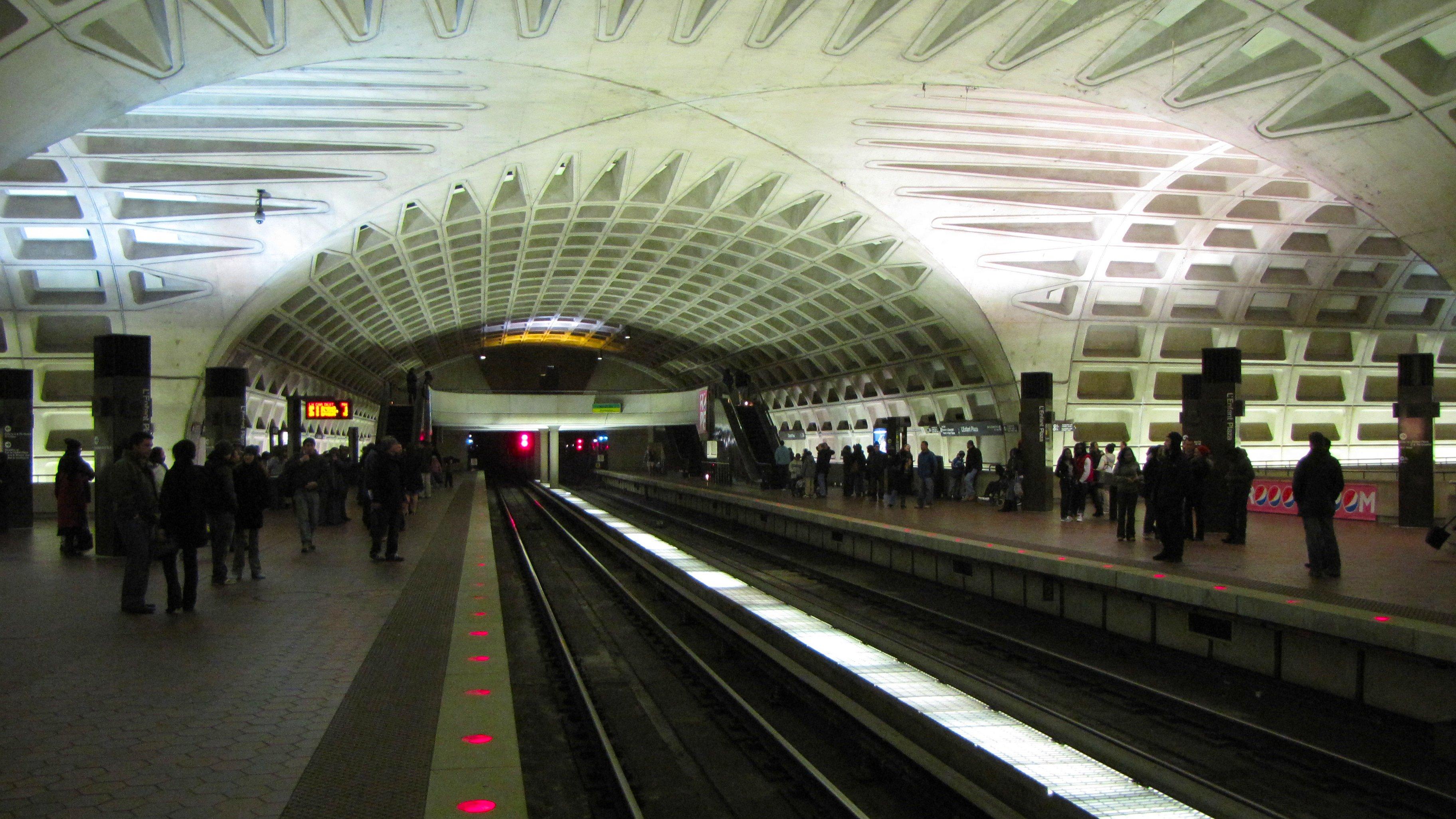 Л'Энфант плаза (англ. L'Enfant Plaza) — подземная пересадочная станция Вашингтонгского метро (WMATA) на Синей, Оранжевой, Жёлтой, Зелёной и Серебряной линиях. Станция расположена в Юго-Западном квадранте Вашингтона с выходами: в торговом центре Л'Энфант плаза на пересечении 9-й улицы и Ди-стрит, на Ди-стрит между 6-й и 7-й улицами, на пересечении Мэриленд-авеню и 7-й улицы. Поблизости расположены Л'Энфант плаза, Национальная аллея, музеи Смитсоновского университета, Федеральное управление гражданской авиации, Почтовая служба. Пассажиропоток — 6.524 млн. (на 2011 год) - Википедия