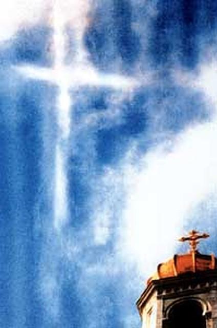 Этот крест в небе (на снимке он слева вверху) возник во время освящения храма Христа Спасителя 19 августа 2002 года. Источник - https://www.spb.kp.ru/daily/22946/750/