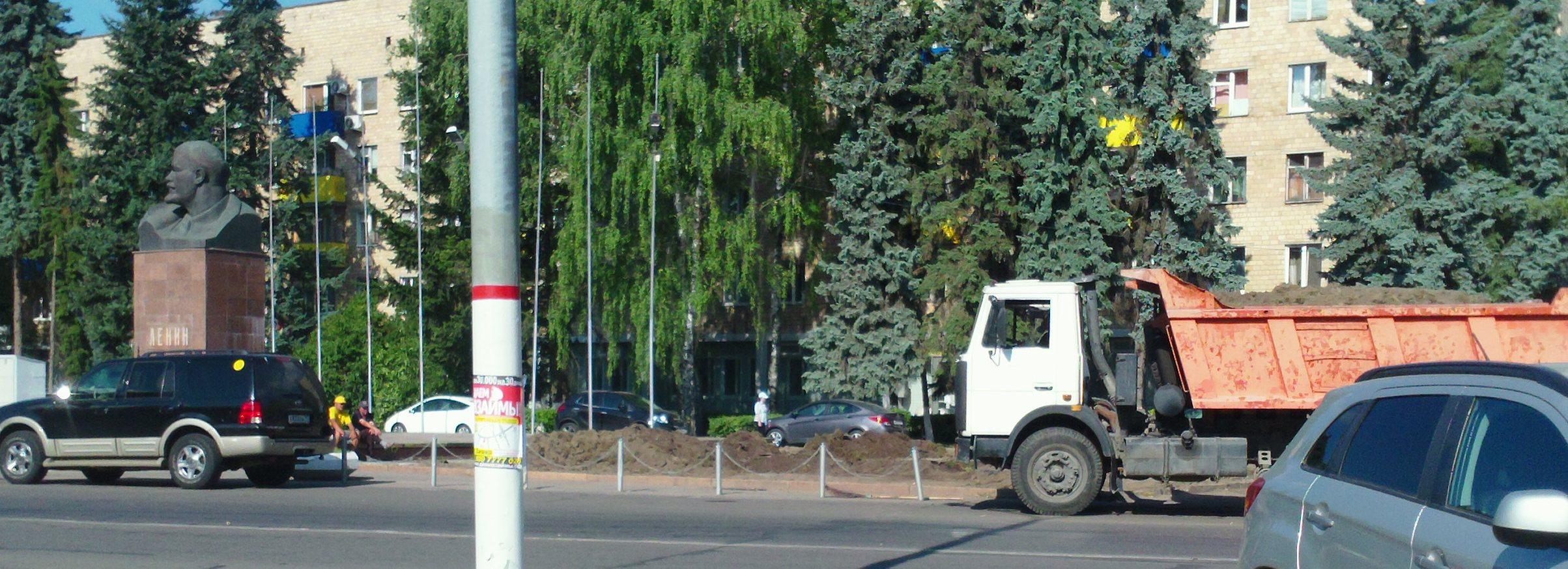 5-08-2014 Перекопано у памятника Ленину1